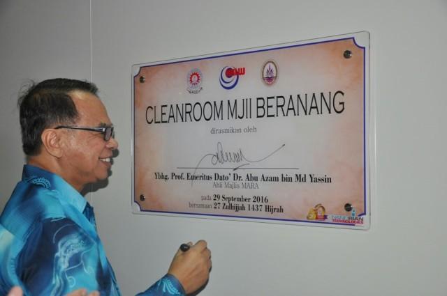 Ahli Majlis MARA, YBhg. Prof. Emeritus Datuk Dr. Abu Azam Md Yassin menandatangani plak Perasmian Makmal Cleanroom di MJII.