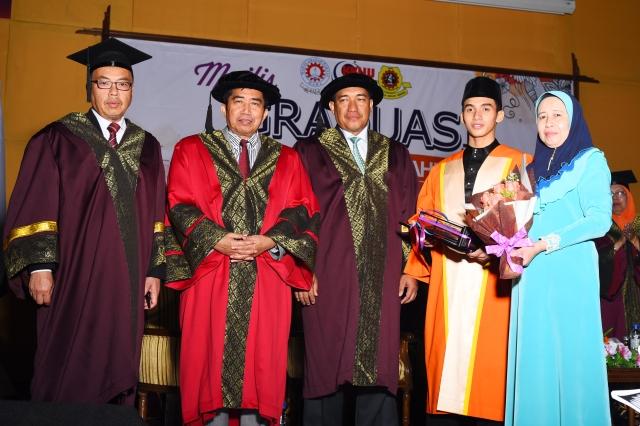 Penerima Anugerah Beyond Excellence, Hilman Hadi bin Mohd Hoesmee dan ibunya bergambar bersama jemputan kehormat di Majlis Graduasi Kali ke-44 MRSM