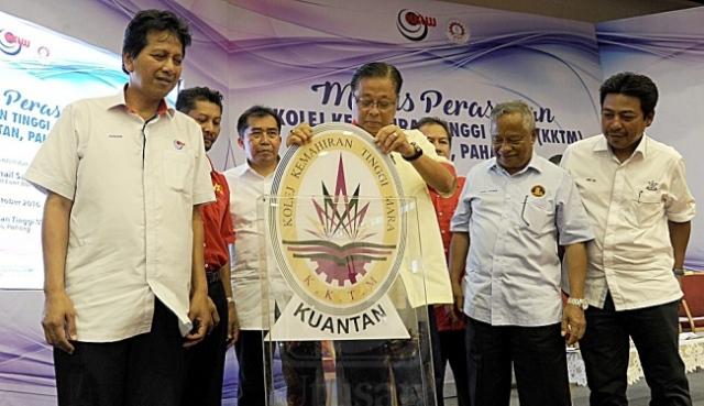 Ismail Sabri Yaakob (tengah) merasmikan Kolej Kemahiran Tinggi MARA (KKTM) Kuantan. Turut sama hadir, Ketua Pengarah MARA, Datuk Ibrahim Ahmad (tiga kiri).