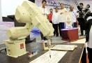 Mesin robot pena menulis nama perasmi di atas plak perasmian ketika Majlis Perasmian Kolej Kemahiran Tinggi MARA (KKTM) di Kuantan, kelmarin.