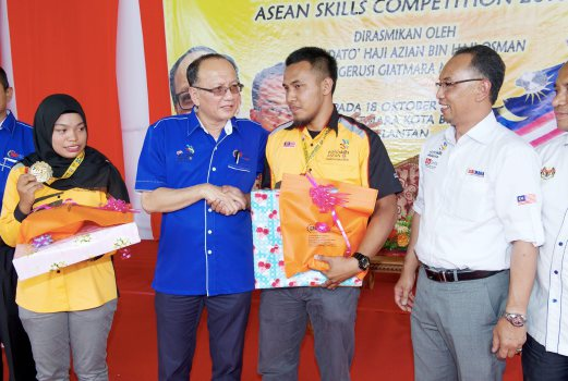 KOTA BHARU 18 OCTOBER 2016. Pengerusi GIATMARA, Datuk Azian Osman (dua kiri) disaksi Ketua Eksekutif GIATMARA, Jamal Nasir Othman (kanan) menyampaikan hadiah atas meraikan kejayaan Mohd Farhan Zaki (dua kanan) dan Ku Siti Khadijah Ku Pera (kiri) yang memenangi pingat emas dalam Pertandingan Kemahiran ASEAN (ASN) 2016 termasuk Anugerah Best Of Nation di GIATMARA Telipot, Kota Bharu. STR/NIK ABDULLAH NIK OMAR.
