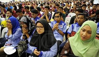 Sebahagian pelajar yang hadir, menadah tangan berdoa pada Majlis Perasmian Kolej Kemahiran Tinggi MARA, Kuantan (KKTM).