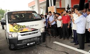 Menteri Kemajuan Luar Bandar Dan Wilayah, Datuk Seri Ismail Sabri Yaakob ditemani Ahli Parlimen Paya Besar,Datuk Seri Abdul Manan Ismail (dua kanan) merasmikan Mobile Technical Services (MTS) pada majlis perasmian Kolej Kemahiran Tinggi MARA (KKTM) di sini hari ini.
