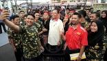 Menteri Kemajuan Luar Bandar Dan Wilayah, Datuk Seri Ismail Sabri Yaakob bergambar selfie bersama pelajar Kolej Kemahiran Tinggi MARA (KKTM) pada majlis perasmian kolej tersebut di sini hari ini.