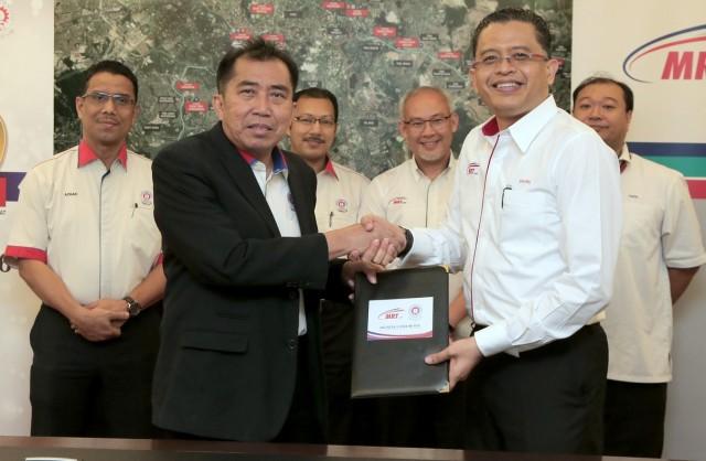 Ketua Pengarah MARA, Datuk Ibrahim Ahmad (dua kiri) menukar dokumen perjanjian bersama .............. MRT Corp, ........ (dua kanan) pada Majlis Menandatangani Memorandum Persefahaman (MoU) antara MARA dan MRT Corp di Ibu Pejabat MARA, Kuala Lumpur hari ini.