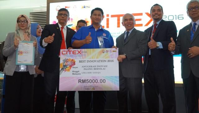 Ahli Majlis MARA Dato Dr Yusoff Yaacob (tiga dari kanan) menyampaikan Anugerah Inovasi Paling Bernilai kepada KKTM Ledang sempena CITEX 2016.
