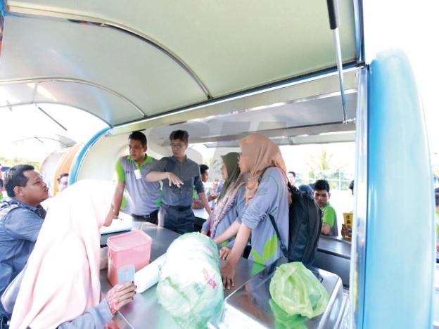 Muhammad (tengah) memberikan penerangan kepada sebahagian peserta Program Tunas Usahawan Belia Bumiputera kali ke-3 (Tube 3.0) mengenai perniagaan berkonsepkan food truck.