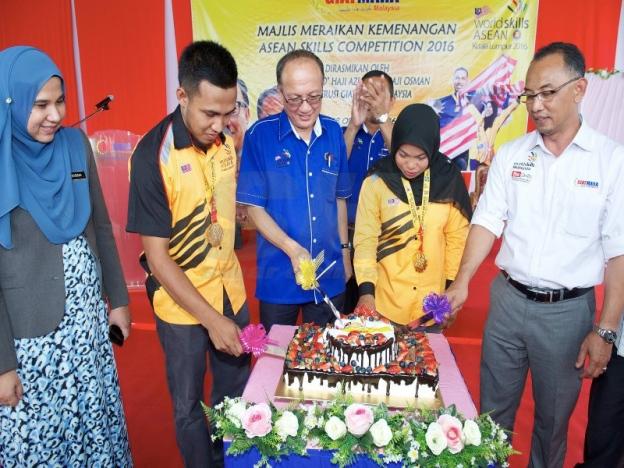Azian (tengah) diiringi Ketua Pegawai Eksekutif GIATMARA, Jamal Nasir Othman (kanan) dan Mohd Farhan dan Ku Siti Khadijah memotong kek sempena majlis keraian. - Foto Sinar Harian