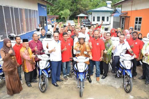 AHLI Majlis MARA merangkap Ketua UMNO Bahagian Bukit Mertajam, Datuk Musa Sheikh Fadzir (lima dari kiri) bergambar bersama pelatih GIATMARA yang terpilih menerima motosikal pada Majlis Penyerahan Bantuan Program Usahawan Bergerak peringkat negeri Pulau Pinang di GiatMARA Bukit Mertajam.