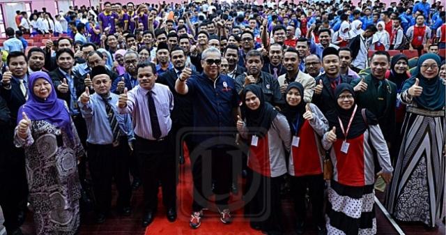 Annuar Musa (tengah) bersama warga kerja dan sebahagian pelajar Mara di IKM, Kota Kinabalu, Sabah, semalam. gambar - UTUSAN/IRWAN MAJID