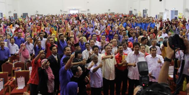 Menteri Kemajuan Luar Bandar dan Wilayah, Datuk Seri Ismail Sabri Yaakob beramah mesra bersama warga KKTM Kuantan komuniti setempat. - Foto oleh Hafiz Rodzi KKTM Kuantan