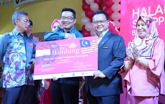 Timbalan Menteri Kemajuan Luar Bandar & Wilayah, Datuk Alexander Nanta Linggi  (dua dari kanan) bersama-sama Walikota Bandung, Ir. Mochamad Ridwan Kamil (dua dari kiri) semasa perasmian Little Bandung di Anggerik Mall, Shah Alam Selangor Darul Ehsan.