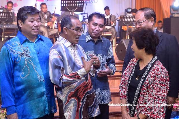 Ibrahim Ahmad (tengah) mengiringi Setiausaha Kerajaan Negeri Terengganu, Dato' Wan Nawawi Wan Ismail (dua kiri) berbual dan beramah mesra bersama peserta-peserta dari Jepun pada Majlis Makan Malam Forum MARA OISCA Perniagaan Antarabangsa 2016 di Hotel Primula Beach, Kuala Terengganu. foto FAREEZ FADZIL, 24 OKTOBER 2016