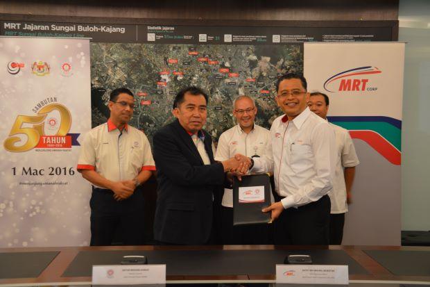 MARA director general Datuk Ibrahim Ahmad shaking hands with MRT Corp CEO Datuk Seri Shahril Mokhtar
