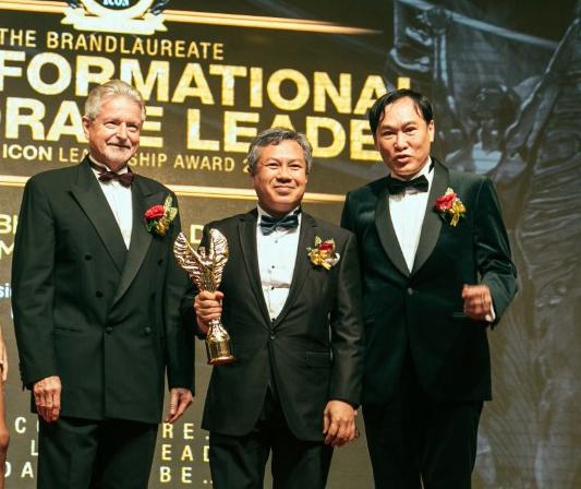 Prof Dato' Dr Mazliham (dua dari kanan) menerima anugerah Brand Laureate ICON (Transformational Corporate Leader) 2016.