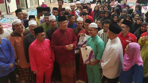 Annuar (tengah) bergambar bersama sebahagian 1,219 calon SPM 2016 sempena Majlis Restu Ilmu dan Penyampaian Exam Kit kepada bakal calon SPM 2016 Parlimen Ketereh di SMK Kadok, Kota Bharu.