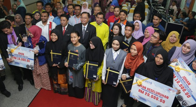 Para pemenang Inovasi MARA bergambar kenang-kenangan bersama Menteri KKLW Dato' Sri Ismail Sabri Yaakob (tengah) sempena Anugerah Inovasi MARA 2016.