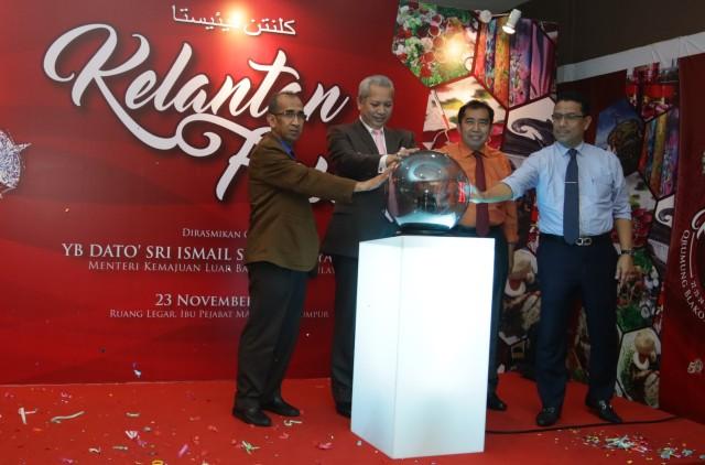 Pengerusi MARA, Tan Sri Datuk Seri Panglima Annuar Musa (dua dari kiri) bersama Ketua Pengarah MARA, Datuk Ibrahim Ahmad melancarkan simbolik perasmian Kelantan Fiesta 2016 di Kuala Lumpur hari ini. Foto oleh Hazmin Hussin