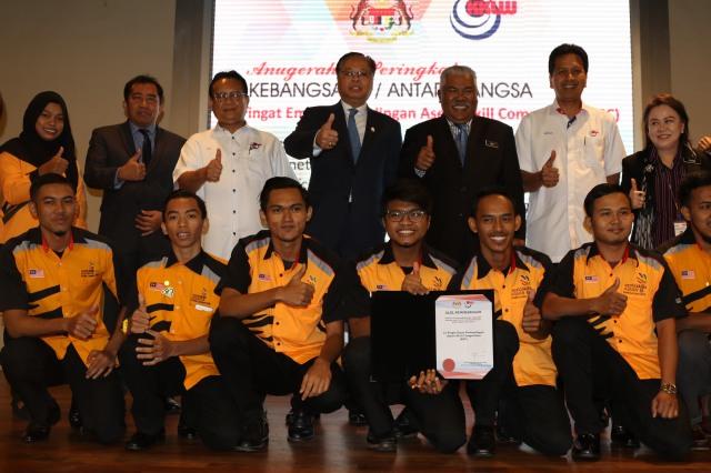 Menteri Kemajuan Luar Bandar Dan Wilayah, Dato' Sri Ismail Sabri Yaakob (lima dari kanan) bergambar bersama pemenang-pemenang Anugerah Inovasi Peringkat Kementerian Kemajuan Luar Bandar dan Wilayah.