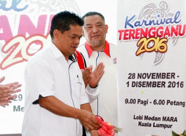 YB Haji Nawi Mohamad (depan) merasmikan Karnival Terengganu 2016