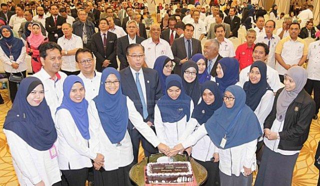 Ismail Sabri Yaakob bersama kakitangan kementeriannya memotong kek ulang tahun kelahiran beliau di majlis perhimpunan bulanan di Putrajaya, semalam. UTUSAN/RASHID MAHFOF