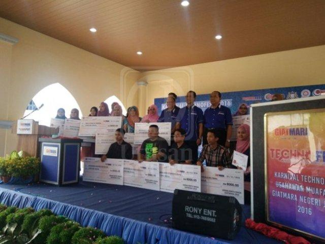 SERAMAI 15 usahawan menerima geran daripada Mara untuk menambah modal perniagaan dalam Karnival Technofest GiatMara Negeri Johor di Dataran Al-Hambra, Kompleks Pusat Bandar Pasir Gudang, di Johor, hari ini.-UTUSAN ONLINE