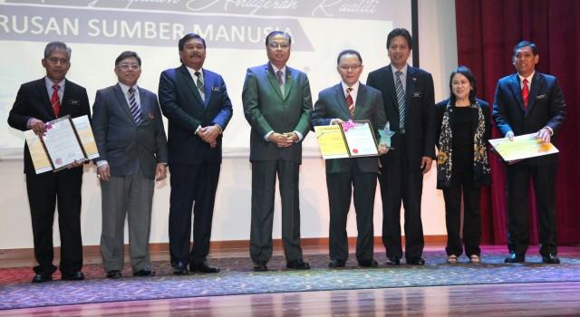 Menteri Kemajuan Luar Bandar Dan Wilayah, Dato' Sri Ismail Sabri Yaakob (lima dari kanan) bergambar bersama pemenang Anugerah Inovasi Peringkat Kementerian Kemajuan Luar Bandar dan Wilayah.