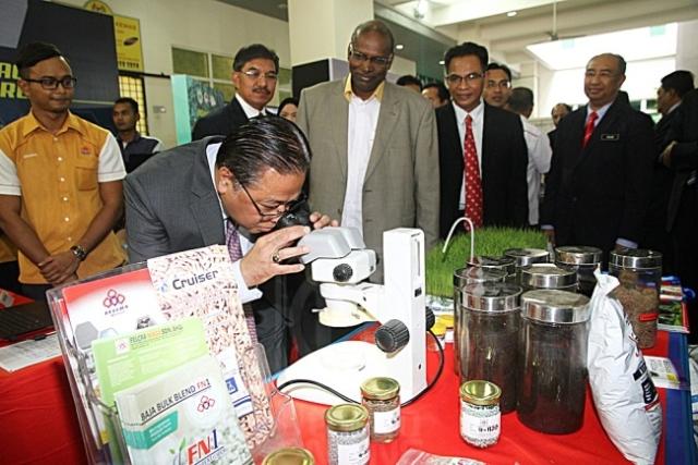 Ismail Sabri Yaakob melawat tapak pameran sempena sambutan Hari Inovasi Kementerian Kemajuan Luar Bandar dan Wilayah 2016 di Menara Lembaga Pertubuhan Peladang (LPP) di Kuala Lumpur, kelmarin.
