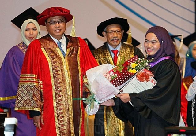 ISMAIL SABRI YAAKOB menyampaikan Anugerah Platinum kepada pelajar cemerlang, Nur Fatin Hanani Nor Azminuddin dalam Majlis Konvokesyen Ke-33 Kolej Poly-Tech Mara di Putrajaya, semalam. Turut hadir Sabarudin Mohd. (dua dari kanan). Utusan/ZAKI AMIRUDDIN