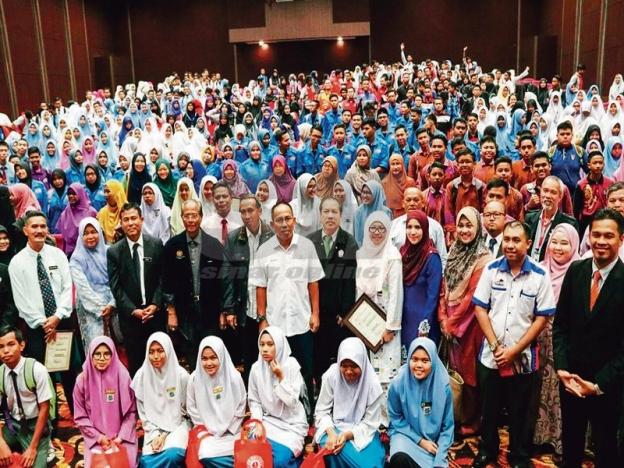 bu Bakar (berdiri, depan enam, kiri) bergambar bersama pelajar dan guru selepas merasmikan penutup Program Speed Reading dan Kepimpinan Pelajar Peringkat Negeri Pahang.