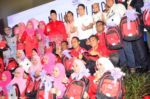 Simbolik penyampaian 40,000 beg sekolah kepada Pemuda & Puteri UMNO untuk diagihkan kepada anak-anak asnaf di seluruh Semenanjung Malaysia.