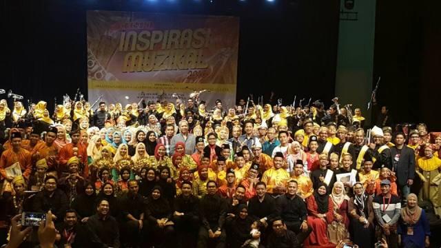 Pengerusi MARA, Tan Sri Annuar Musa serta Ketua Pengarah MARA, Datuk Ibrahim Ahmad bersama pelajar-pelajar MRSM dan warga kerja.