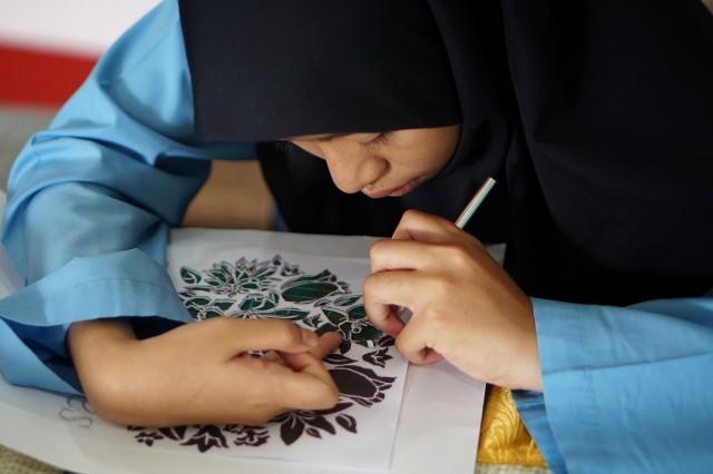 Pelajar MRSM menunjukkan kreativiti melalui aktiviti seni. Foto oleh Bahagian Teknologi, Kreatif dan Multimedia MARA