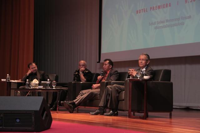 """Ketua Pengarah MARA, Datuk Ibrahim Ahmad (dua dari kanan), panel forum """"Ke Arah Negara Bebas Rasuah : Isu Dan Cabaran"""". Foto oleh Tarmizi (Bahagian"""