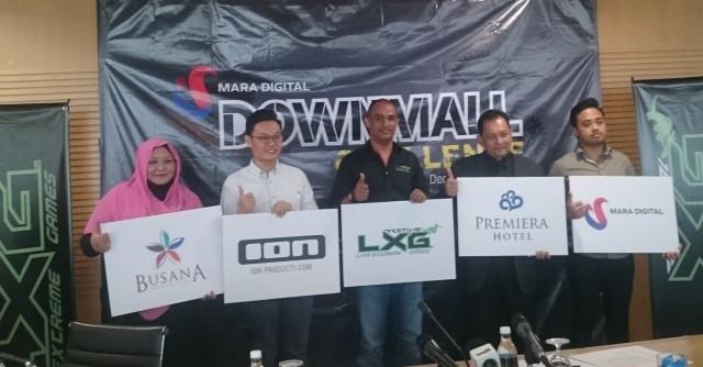Pengarah Super Xtream Sdn Bhd, Encik Ashraf Khan (tengah) bersama wakil-wakil penaja.