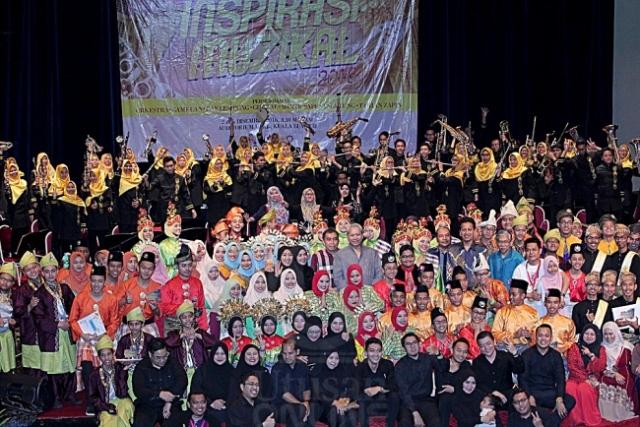Annuar Musa (berdiri tengah) dan Ibrahim Ahmad (sebelah kanan Annuar) bergambar bersama pelajar MRSM yang mengadakan persembahan dalam Konsert Inspirasi Muzikal 2016 di Auditorium DBKL di Kuala Lumpur, kelmarin. – UTUSAN/MD.SHAHJEHAN MAAMIN