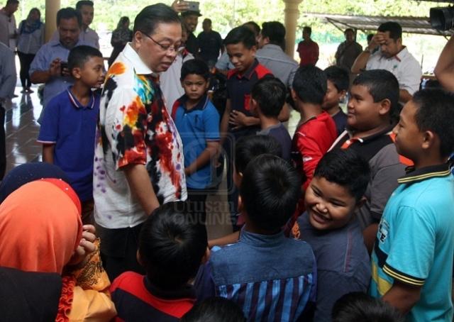 ISMAIL Sabri Yaakob beramah mesra dengan kanak-kanak pada majlis penyampaian bantuan persekolahan di Masjid Kampung Bukit Tingkat hari ini. - UTUSAN ONLINE/ABDUL RASHID ABDUL RAHMAN
