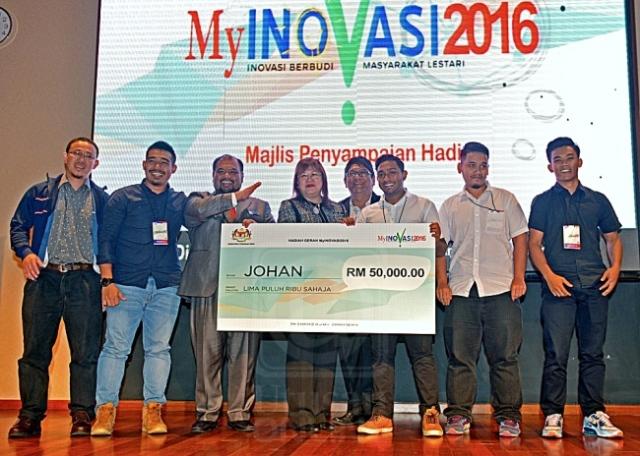 Mary Yap Kain Ching menyampaikan geran RM50,000 kepada kumpulan pelajar UniKL MSI selepas muncul Johan Kemuncak Nasional dalam Majlis Penutupan MyInovasi 2016 Peringkat Nasional di Putrajaya, semalam. Bernama