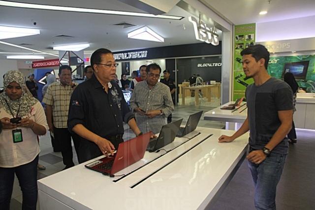 ISMAIL SABRI YAAKOB beramah mesra dengan seorang peniaga sewaktu melawat Mara Digital di Kuala Lumpur, semalam. UTUSAN/ WAHIDAH ZAINAL