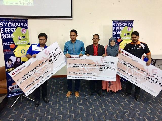 Syed Faiz Hamzi (hujung kiri), Muhamad Fakhrul Anwar (dua dari kiri) dan Mohd Helmi (hujung kanan) masing-masing menerima hadiah sebanyak RM 2,000.00 selepas dinobatkan sebagai pemenang IPMA Business Ideas Challenge 2016.