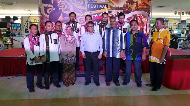 Timbalan Menteri KKLW YB Datuk Alexander Nanta Linggi (empat dari kiri) turut hadir melawat tapak Festival Sarawak 2016 bertempat di Anggerik Mall, Shah Alam Selangor