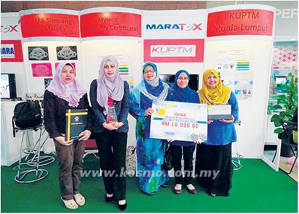 Noorizan (tengah) bergambar bersama pasukan MySecc yang dinobatkan sebagai johan MARAtex 2016 di Kuala Lumpur baru-baru ini.