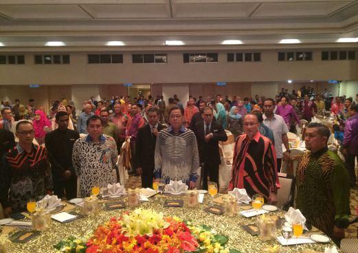 Menteri Kemajuan Luar Bandar & Wilayah, Datuk Seri Ismail Sabri (tengah) bersama Pengerusi GIATMARA Malaysia, Datuk Azian Osman (dua kanan) hadir pada Majlis Anugerah Tahunan GIATMARA di Grand Mahkota Ballroom, Hotel Istana. - Foto Zulfadhli Zulkifli