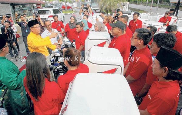 ISMAIL SABRI berkata sesuatu kepada para penerima motosikal Mobilepreneur di Shah Alam semalam. Foto- Kosmo