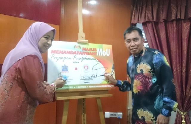 Dari kiri YBhg. Puan Nafisah Binti Ahmad, Ketua Pengarah Perpustakaan Negara dan YBhg. datuk Ibrahim Bin Ahmad, Ketua Pengarah MARA menandatangani plak perasmian MoU antara Perpustakaan Negara dan MARA.