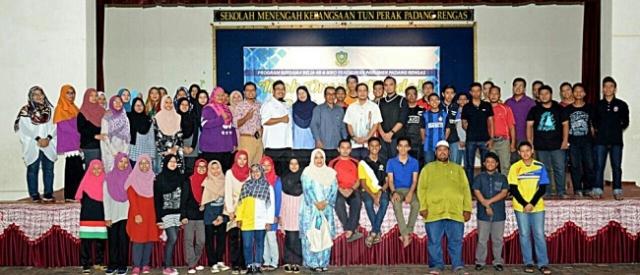 Sebahagian peserta Program Moh Orang Muda: Belajar dan Bekerja bersama-sama wakil penganjur selepas tamat program itu di SMK Tun Perak, Padang Rengas, Perak, baru-baru ini