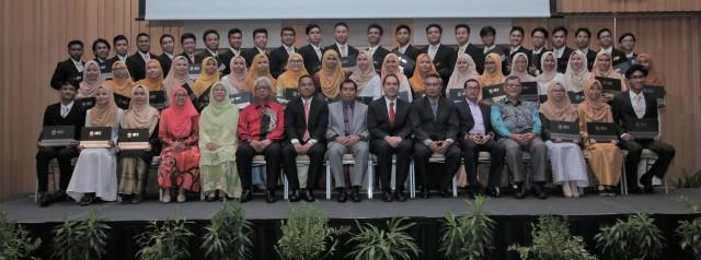 YBhg. Datuk Ibrahim bin Ahmad bergambar bersama-sama pelajar yang telah tamat 8 bulan pengajian MADPP dan bakal menyambung pengajian di Amerika Syarikat.