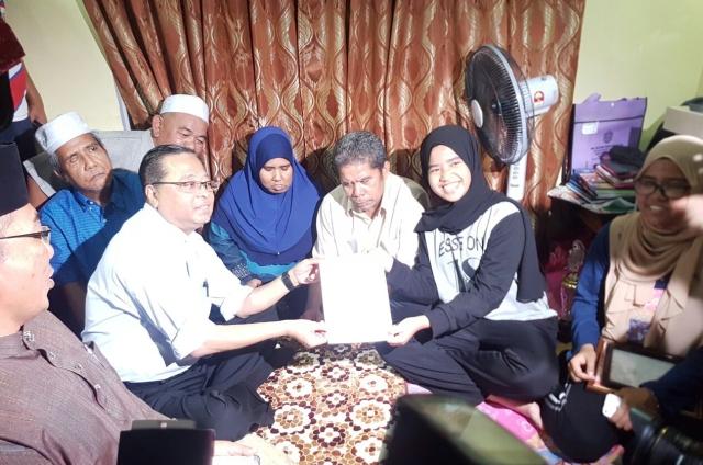 Menteri Kemajuan Luar Bandar dan Wilayah, Dato' Sri Ismail Sabri Yaakob menyampaikan surat tawaran kemasukan ke Tingkatan Satu MRSM kepada adik Aliyah Maisara Md Akir