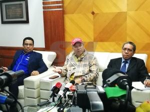 Annuar (tengah) ketika sidang media di Ibu Pejabat MARA, hari ini