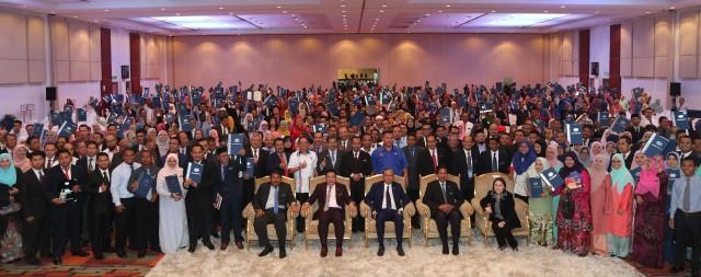 Ismail Sabri (tengah) bergambar kenang-kenangan bersama penerima Anugerah Perkhidmatan Cemerlang KKLW 2016.
